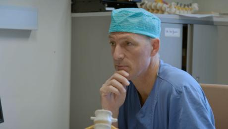 Dr. Robert Hes - neurochirurg
